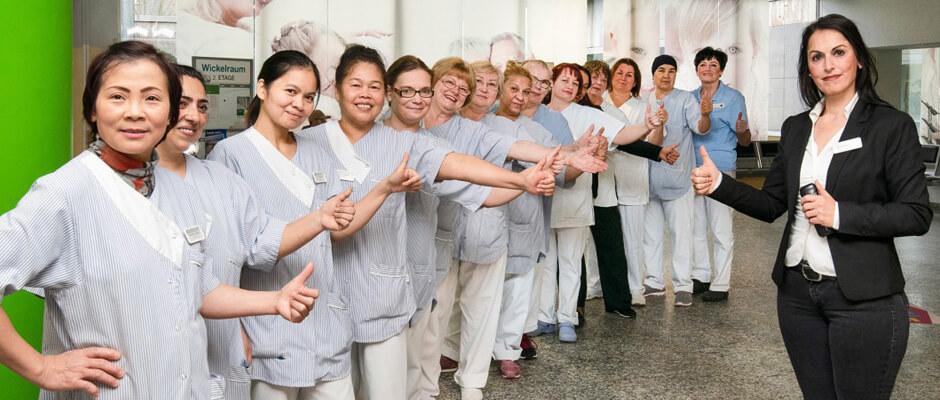 Güler Magdanz (r., Objektleiterin für Reinigung am Helios-Klinikum Niederberg) mit einem Teil ihres Teams.
