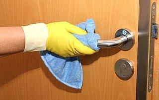 HYSYST-Siegel für sichtbare Hygiene im Krankenhaus an einem Türgriff.